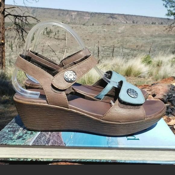 Munro American Women's 9 WIDE Sandals